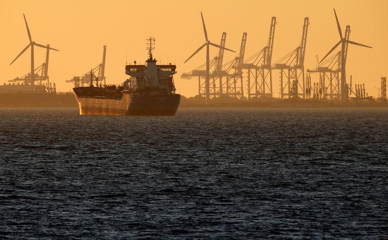 Цены на нефть в плюсе за счёт признаков постепенной балансировки рынка